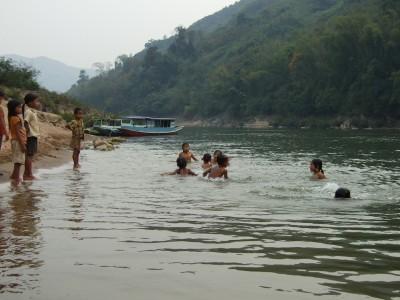 badende Kinder im Nam Ou