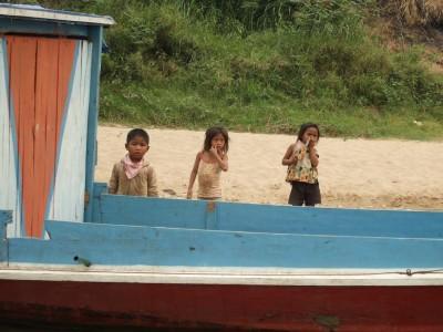 die Kinder kleiner Siedlungen am Fluss