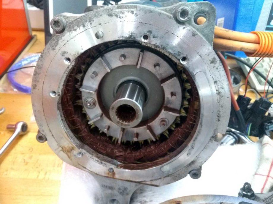Motor vom Getriebe getrennt